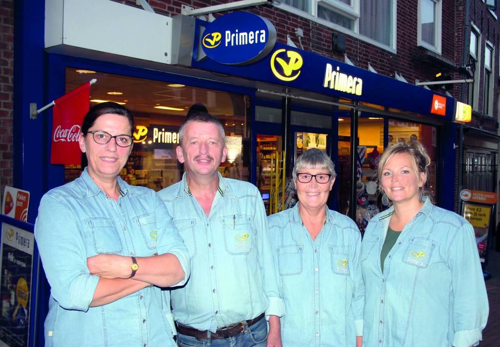 De bekende gezichten van Primera, met links Jannie de Beer en Piet Jansma van de winkel in Dokkum, samen met Etje Jansma en Arenda Douma die dagelijks achter de toonbank staan in Stiens. Foto: Bram Buruma