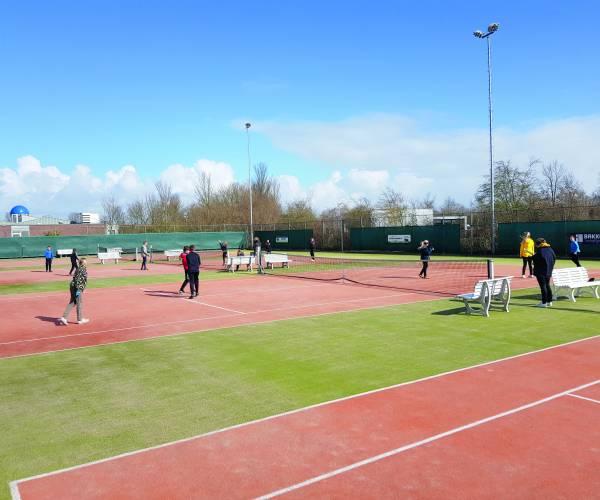 Kaatsen KC de Boer op tennisbaan