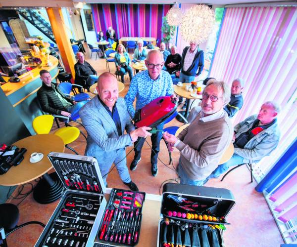 Wethouder De Haan opende Repair Café Stiens