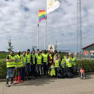 Bewoners azc Sint Annaparochie helpen mee dorp schoon te maken