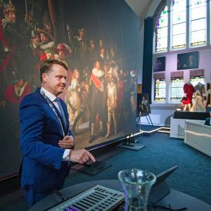 Burgemeester Johannes Kramer opent Nachtwacht360-project in Nes