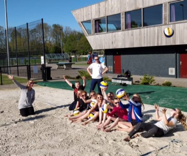 VoVeSa jeugd weer aan het Beachvolleyballen