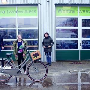 Westra Tweewielers reikt hoofdprijs nieuwjaarsbingo S.C. Stiens uit