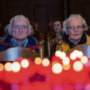 Kaarsjes aansteken in de Sint Vitus