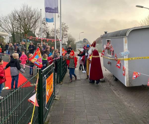 Sinterklaas schiet met bouwploeg basisschool te hulp