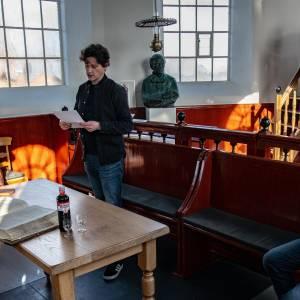Boekcontract getekend in kerk Piet Paaltjens