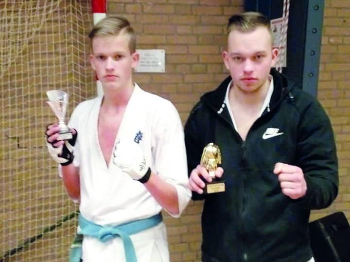 Links Rick (13) met blauwe band. Rechts Johan (18) met groene band